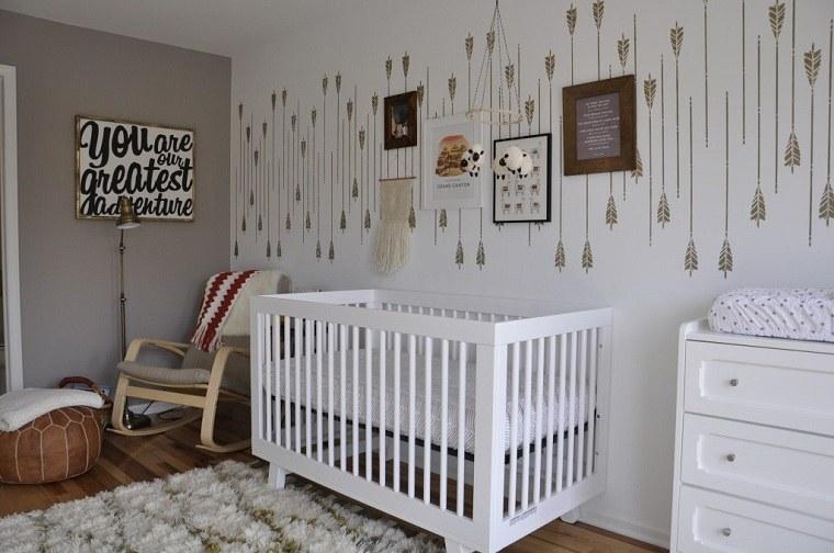 cuna-blanca-pared-flechas-habitacion-recien-nacido