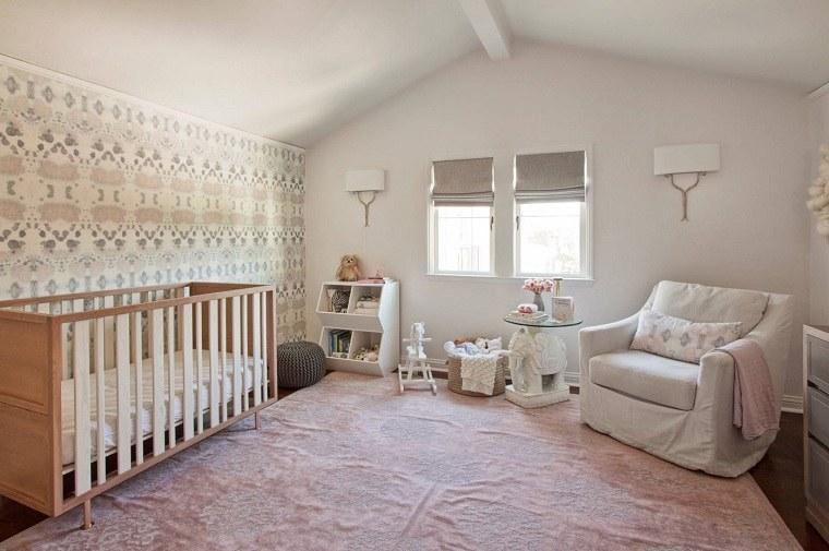 decorar habitación bebe-cuna-madera-sillon-blanco