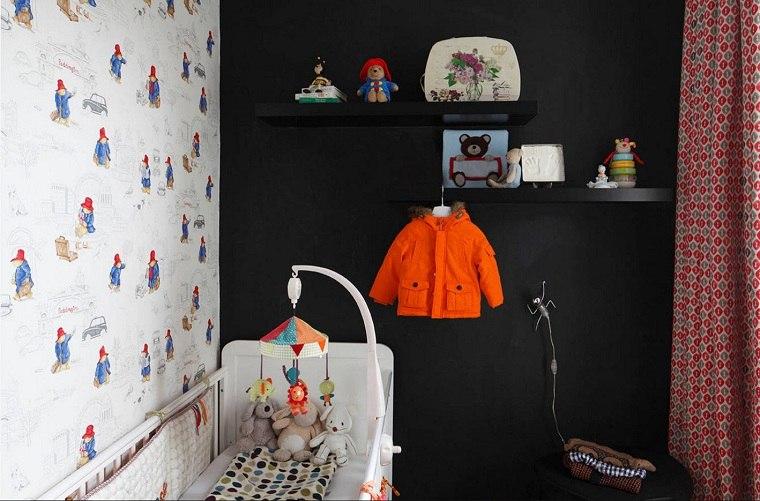 decorar-habitacion-bebe-pared-negra-estantes-negros
