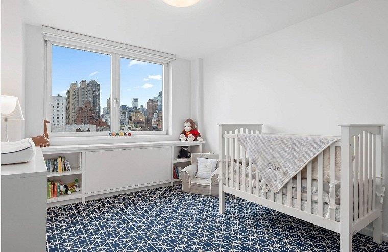 decorar-habitacion-bebe-paredes-blancas-alfombra-azul