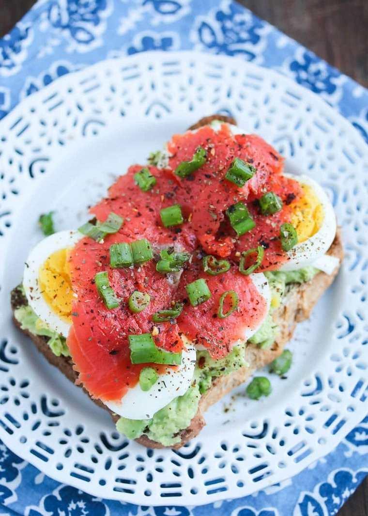 desayunos-sano-salmon-aguacate-huevo