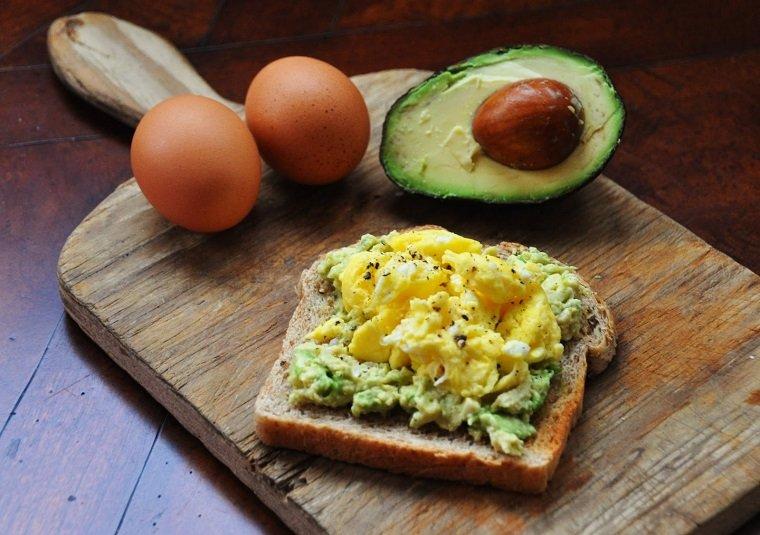 desayunos sanos-huevo-aguacate-furikake-miso