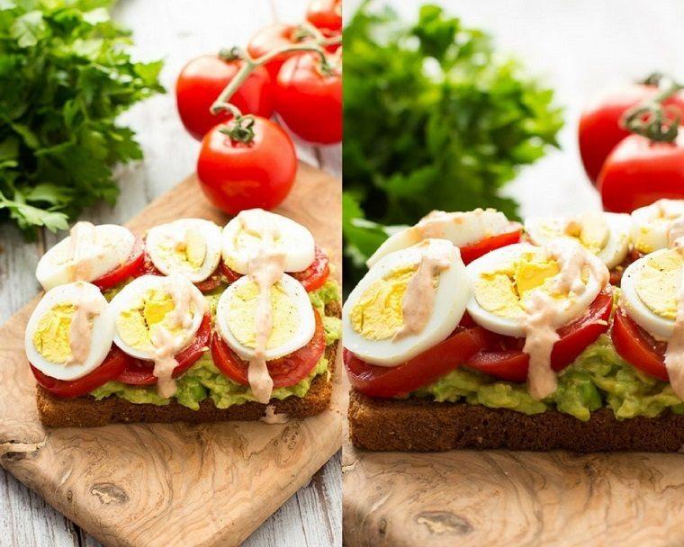 desayunos sanos-opciones-originales-huevos-aguacate-tomate-crema