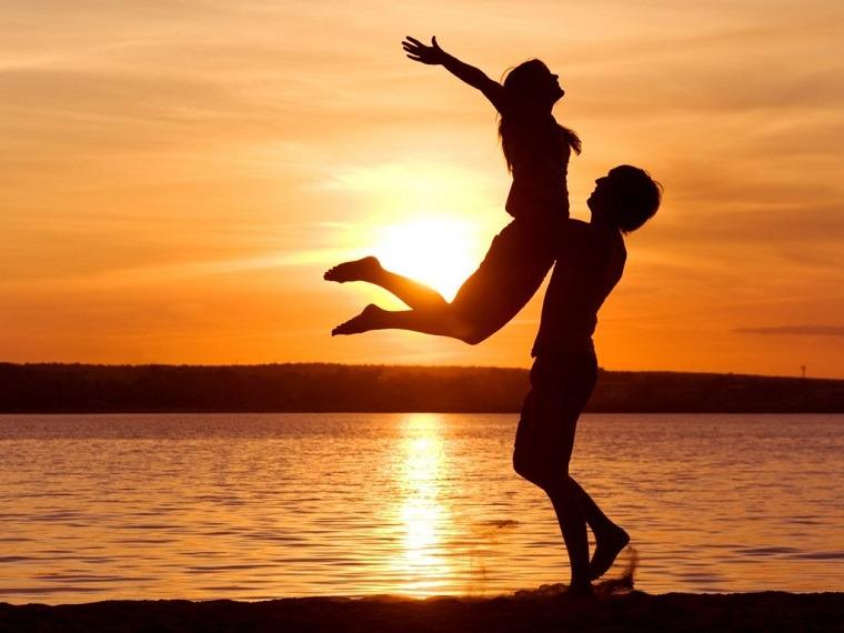 enamorados-mar-playa-puesta-sol-amor