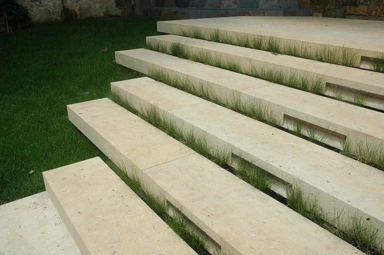 hierba-entre-escalones-exteriores