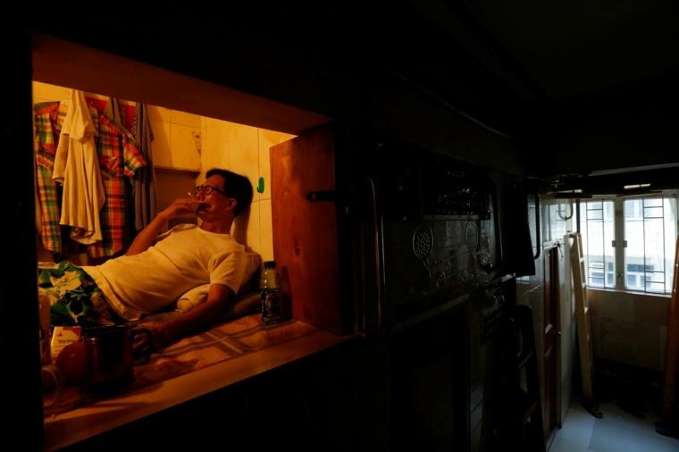 hombre-en-apartamento-caja