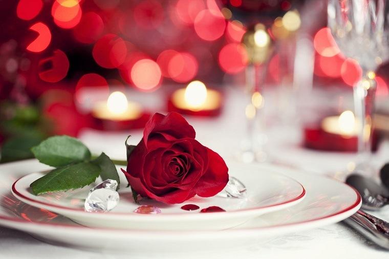 ideas para una cena romántica-opciones-decorar-mesa-rosa