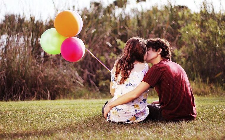 pareja-enamorados-parque-globos