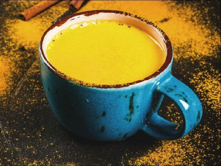 recetas-sanas-leche-dorada-vaso-azul