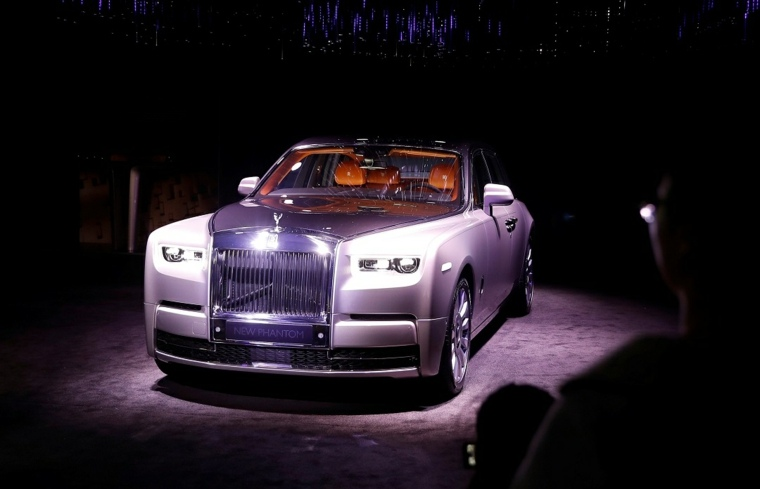 rolls royce phantom-bajo-las-luces