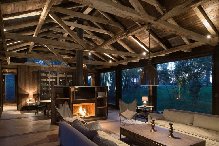 salón de estilo rústico con chimenea