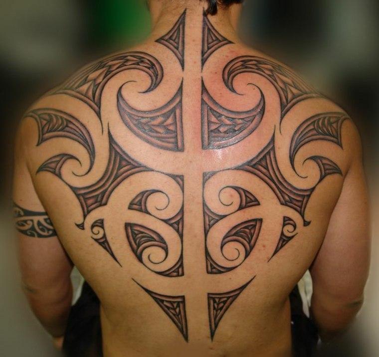 tatuaje maorí espalda