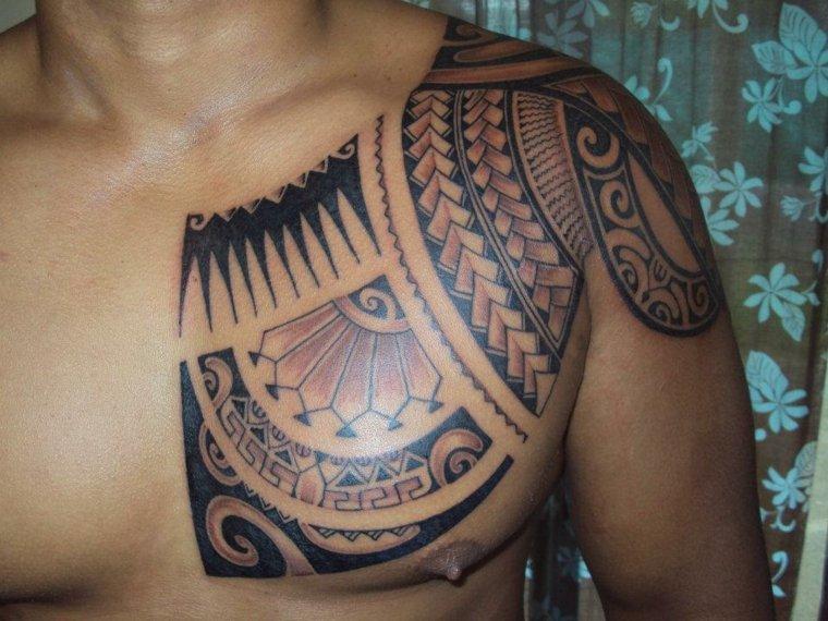 tatuaje maorí pecho