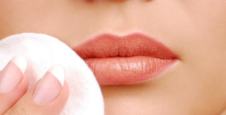 como-pintarse-los-labios-quitar-maquillaje