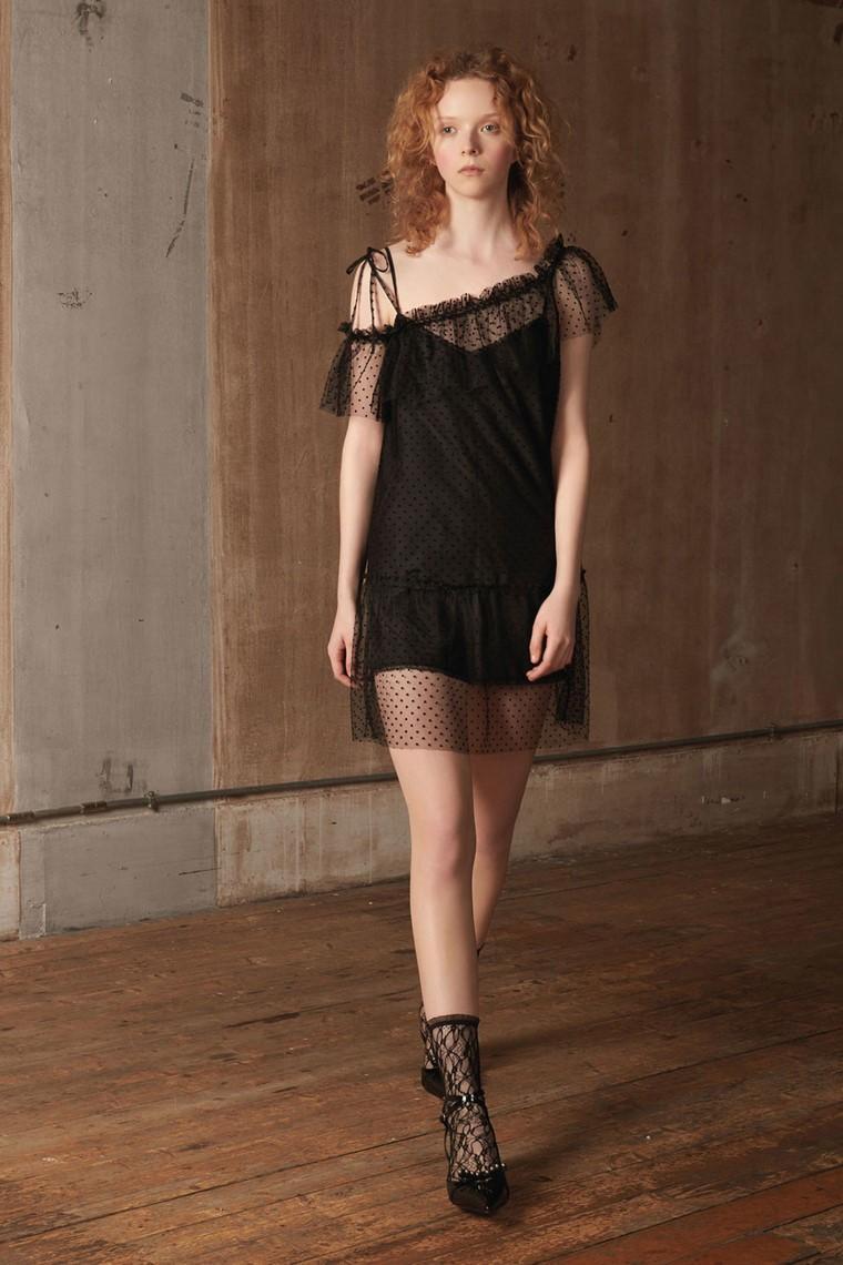 cómo vestir bien club-vestido-negro-transpariencias