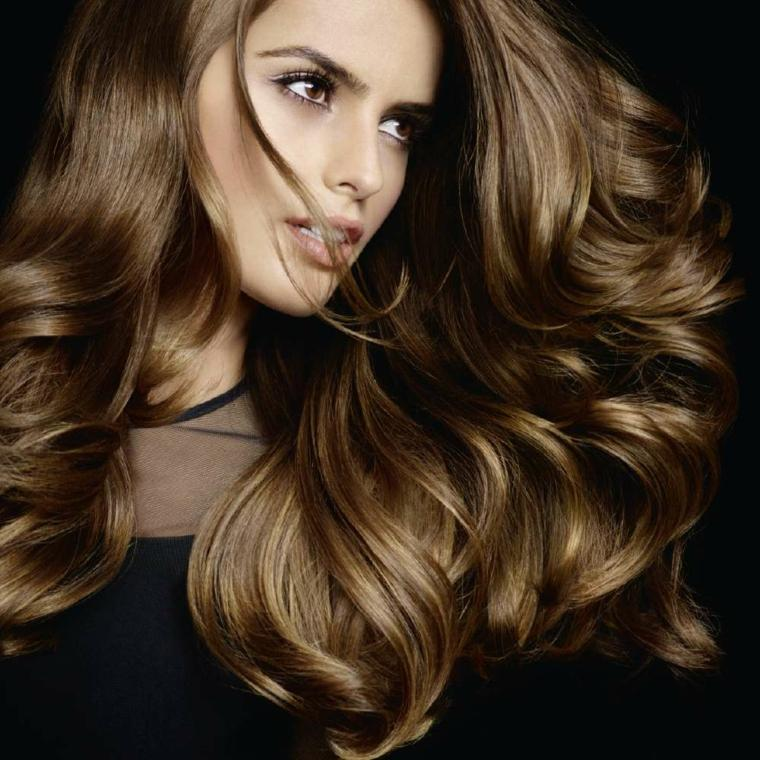 corte de pelo a capas rubio-largo