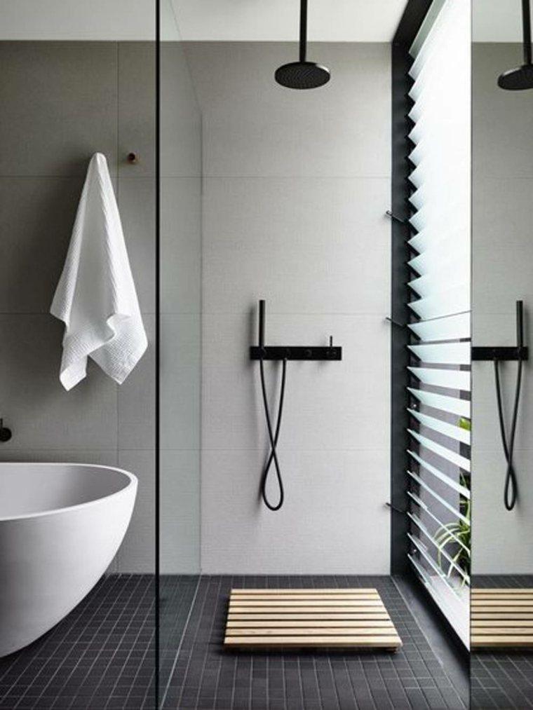 Reemplace la cortina de la ducha con una puerta de vidrio o acrílico