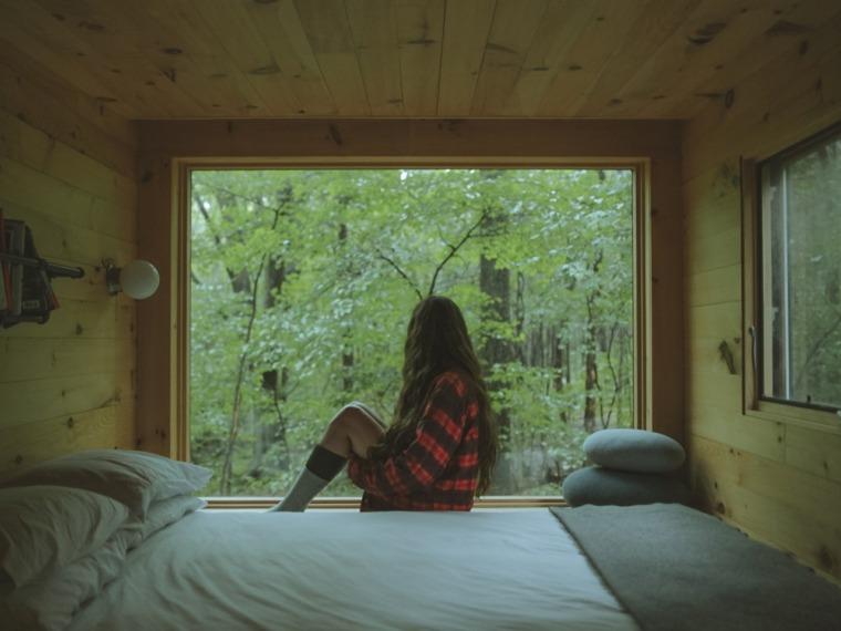 vista desde el interior del dormitorio de la cabaña