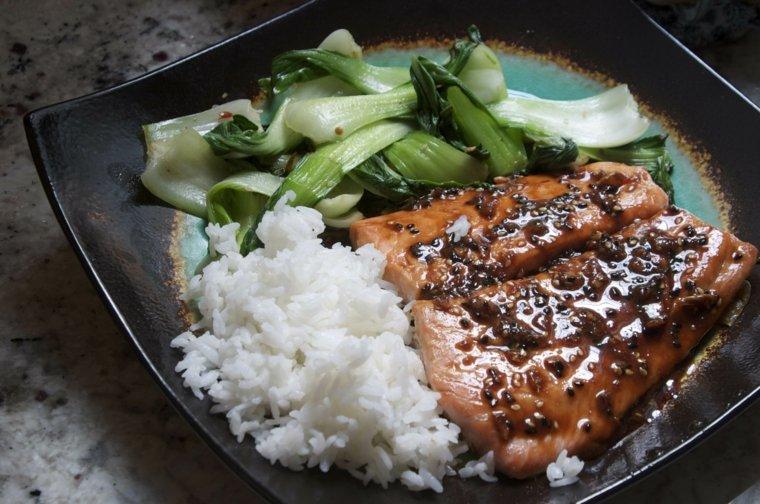 Salmón picante con Bok Choy y arroz
