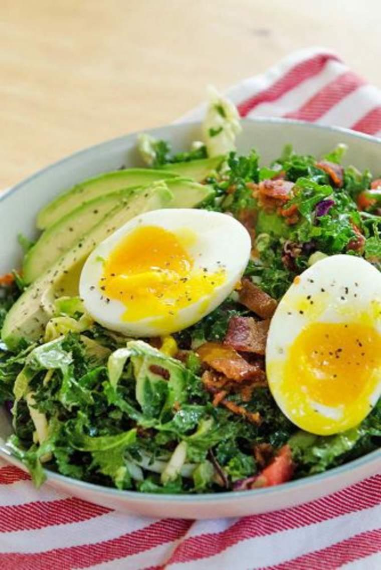 Ensalada con huevos blandos y aguacate