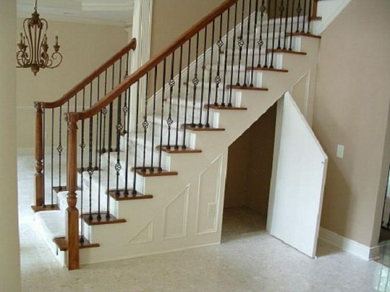 Maneras de usar el espacio debajo de las escaleras en la sala de estar