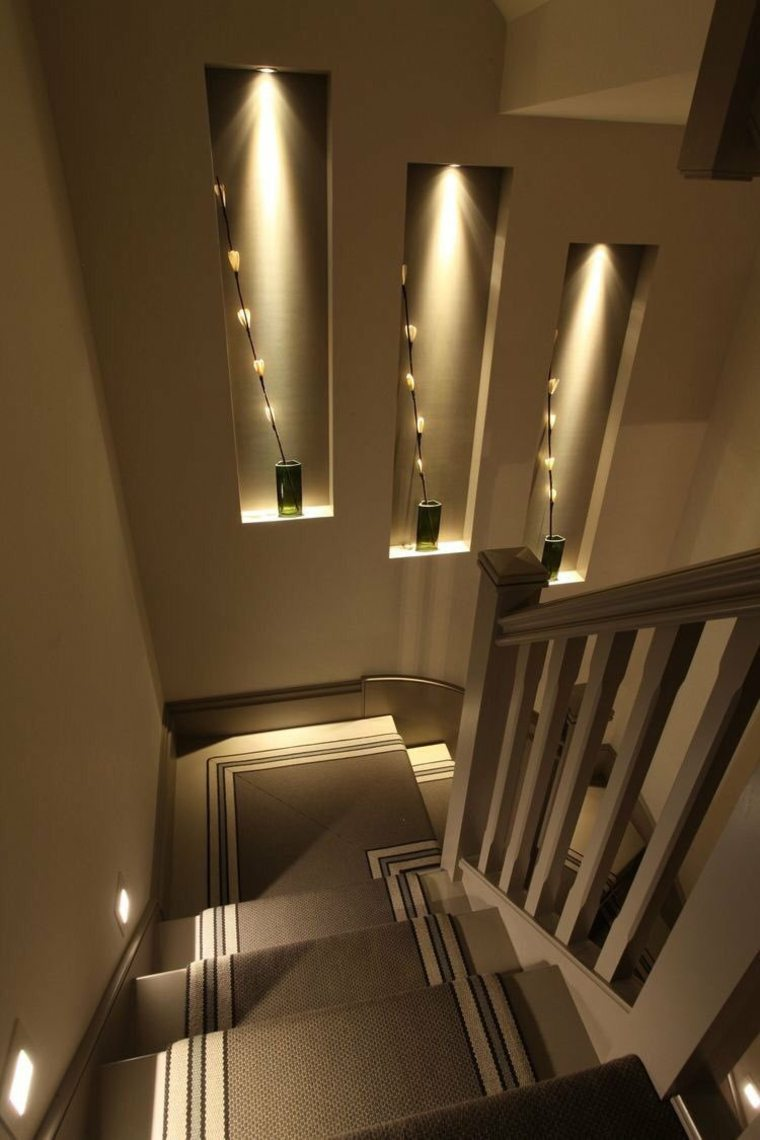 Paredes decoradas con piedra e iluminaci n indirecta - Escaleras de ladrillo ...