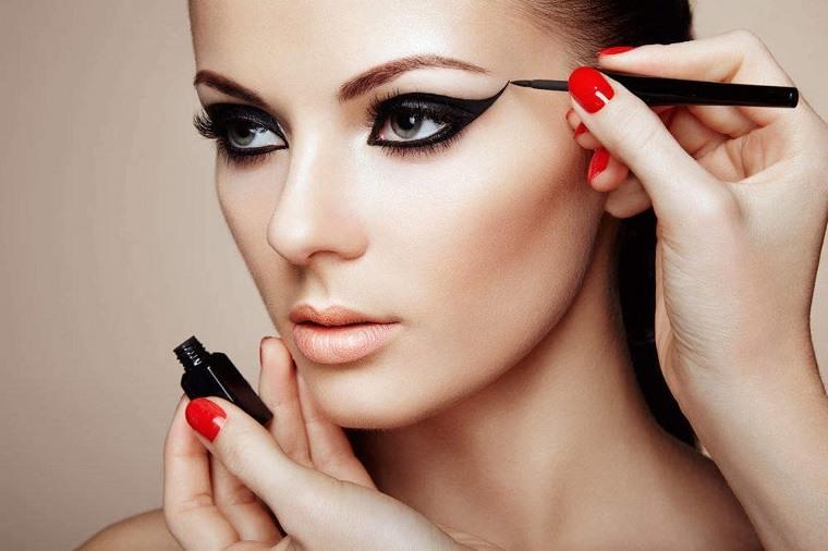 maquillaje-ojos-ahumados-diseno-delineador