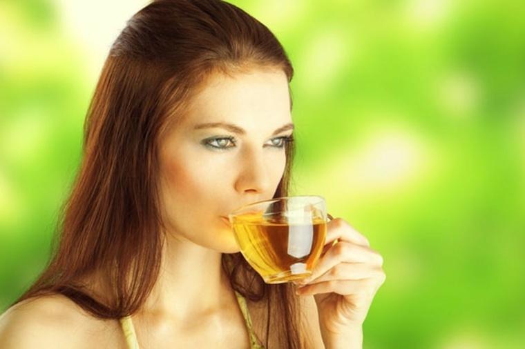 mujer-bebiendo-te