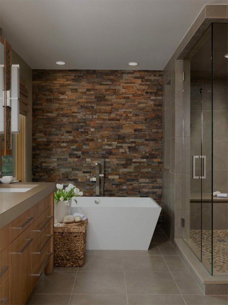 baño con pared de acento de piedra