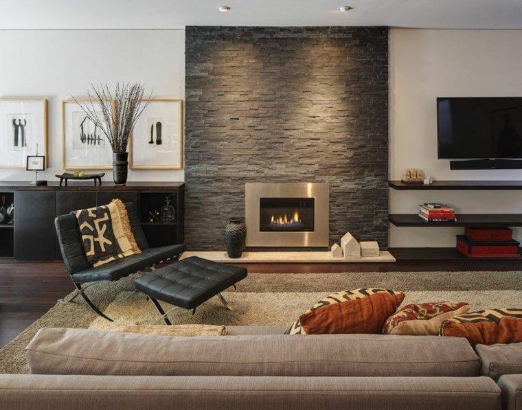 sala de estar con pared de acento de piedra