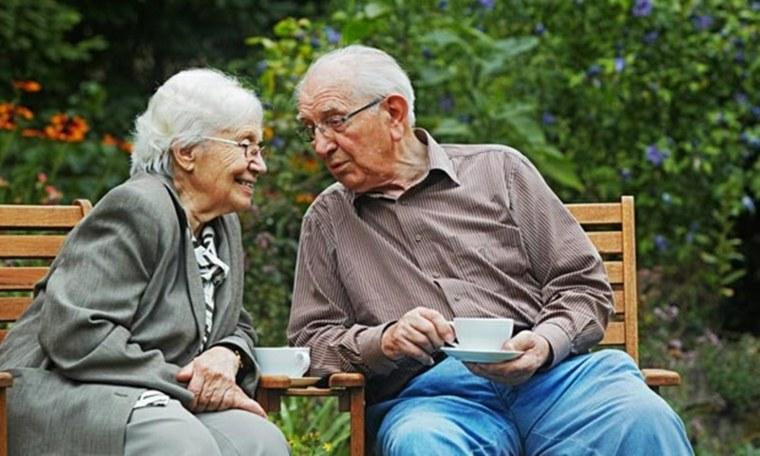 pareja-mayor-bebiendo-te