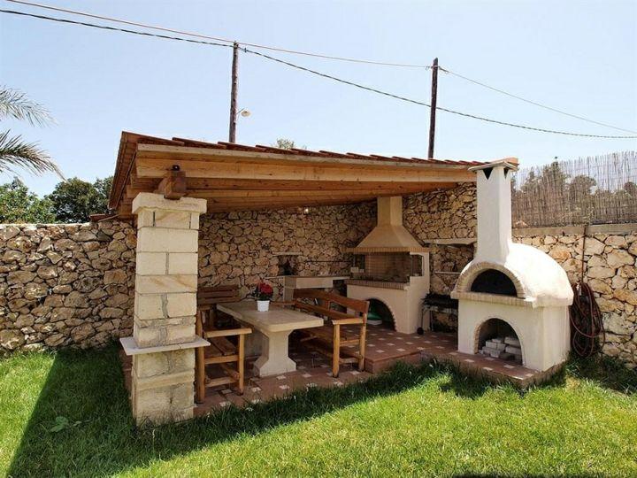 patio-tradicional-techado-chimeneas