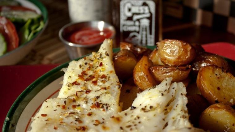 Bacalao asado y cebolletas con papas con especias