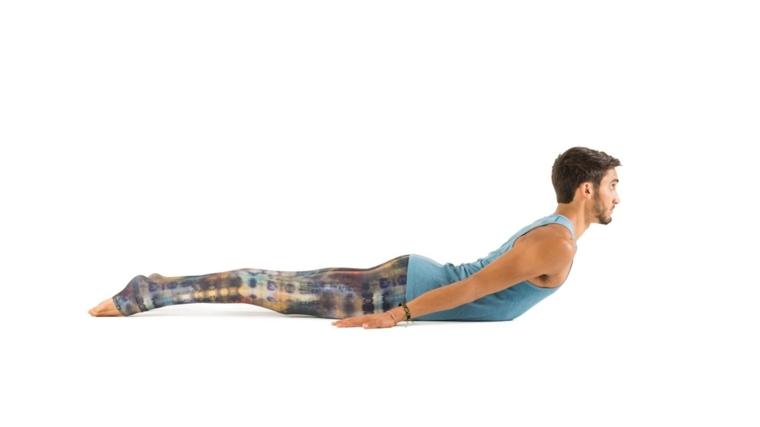 postura yoga-salabhasana-hombre