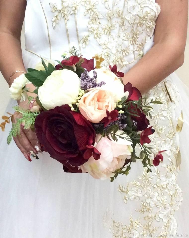 ramos-de-novia-originales-combinacion-flores-blancas-rojas