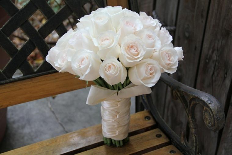 ramos-de-novia-originales-rosas-blancas-bellas