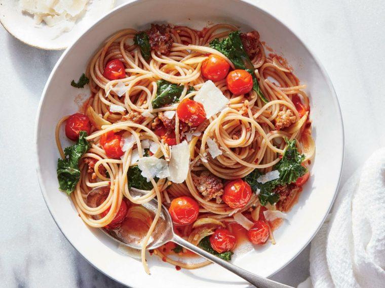 Espaguetis integrales con col rizada Garlicky y tomates