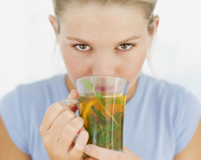 té verde mujer bebiendo