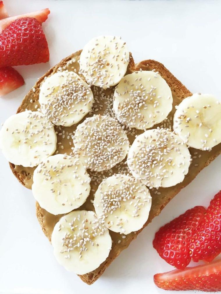 pan tostado con 1/2 banana en rodajas