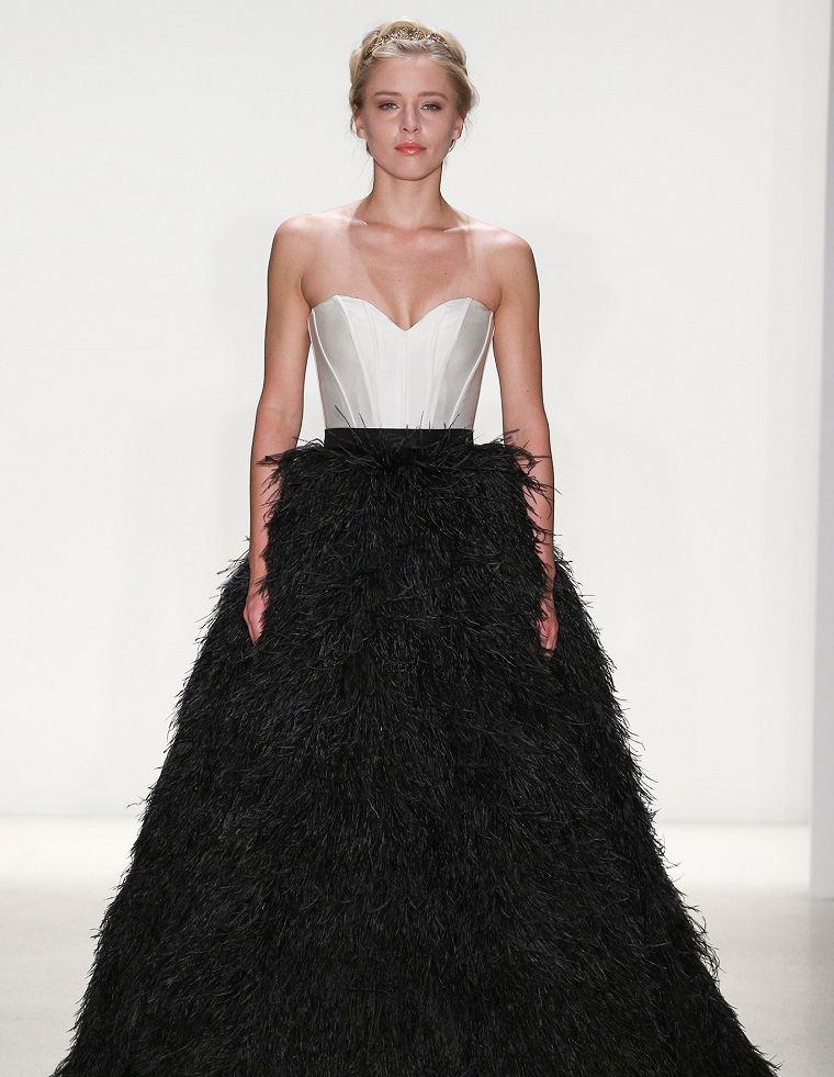 vestidos-novias-2018-plumas-negras-kelly-faetanini