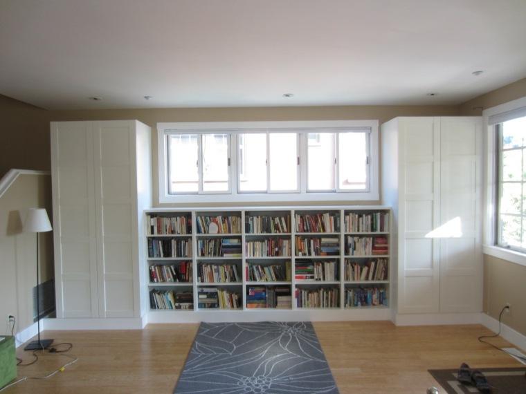 biblioteca-debajo-de-la-ventana