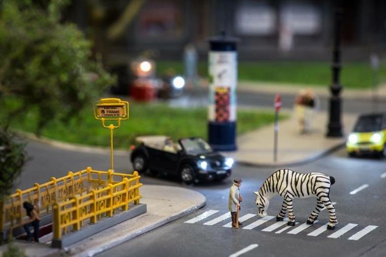 escenas con figuras en miniatura y objetos cotidianos
