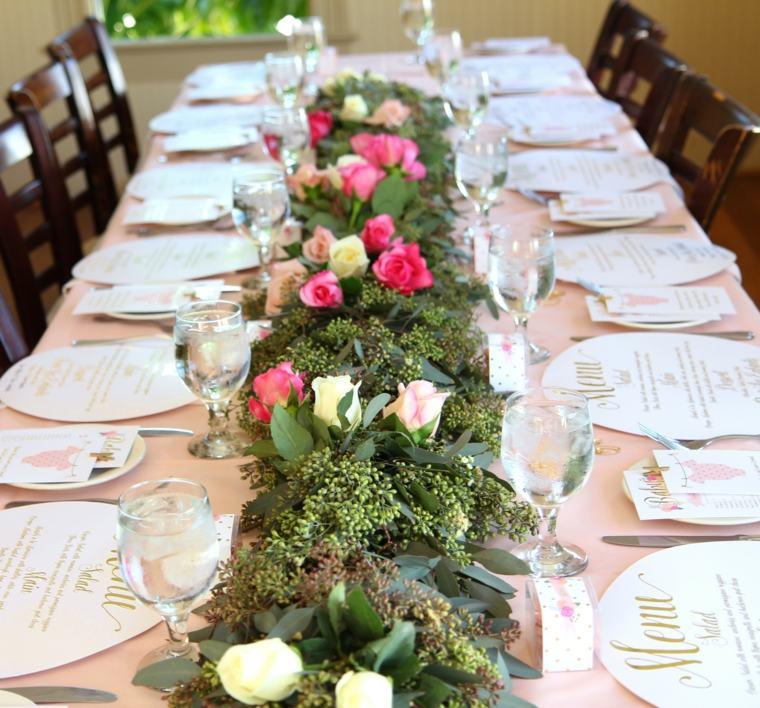 centros de mesa para baby shower mesa-camino-flores-hojas