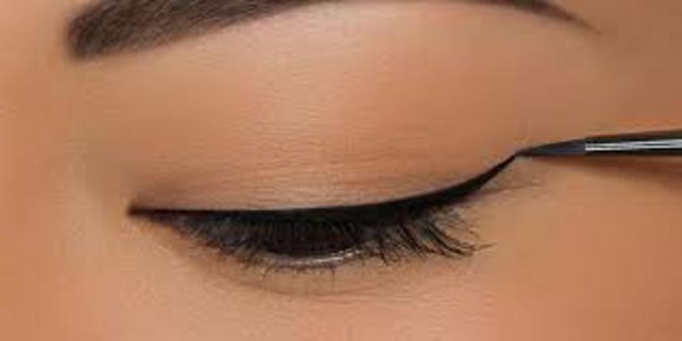 como aplicar eyeliner-estrecho
