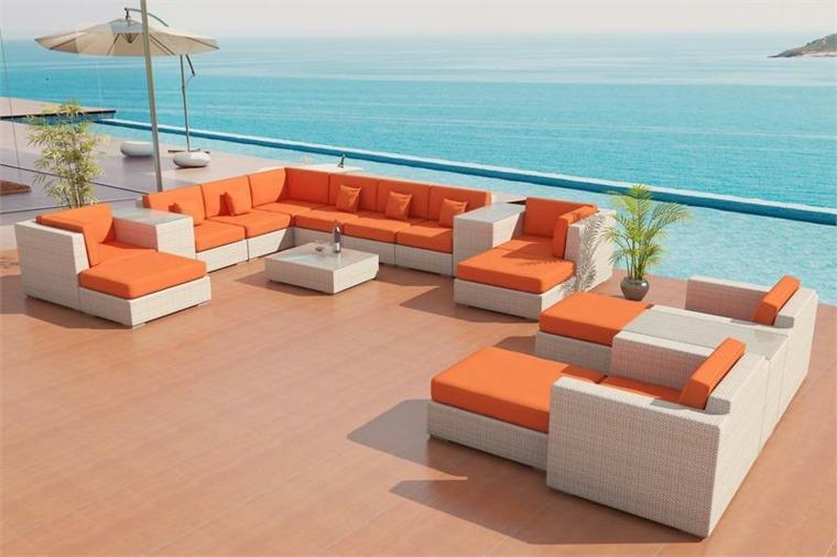 decorar con cojines-naranjas-terraza-grande
