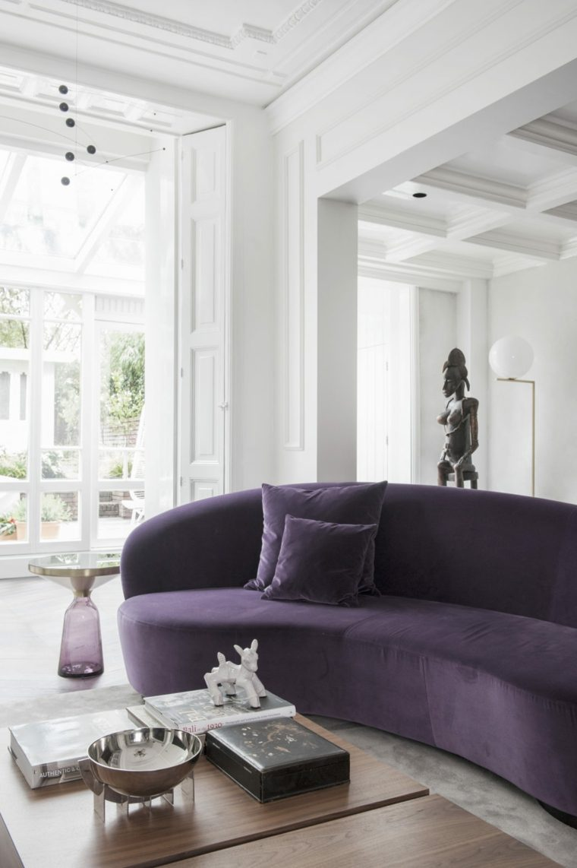 diseños para paredes blancas-textura-sofa-purpura