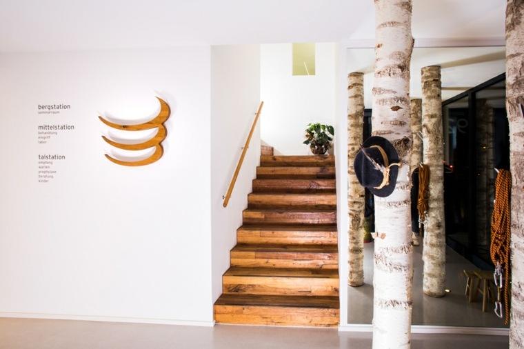 escalera con peldaños revestidos de madera