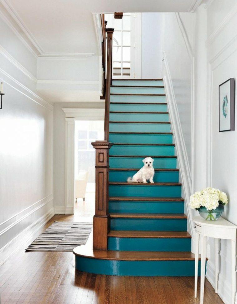 escalera con peldaños pintados al estilo ombré