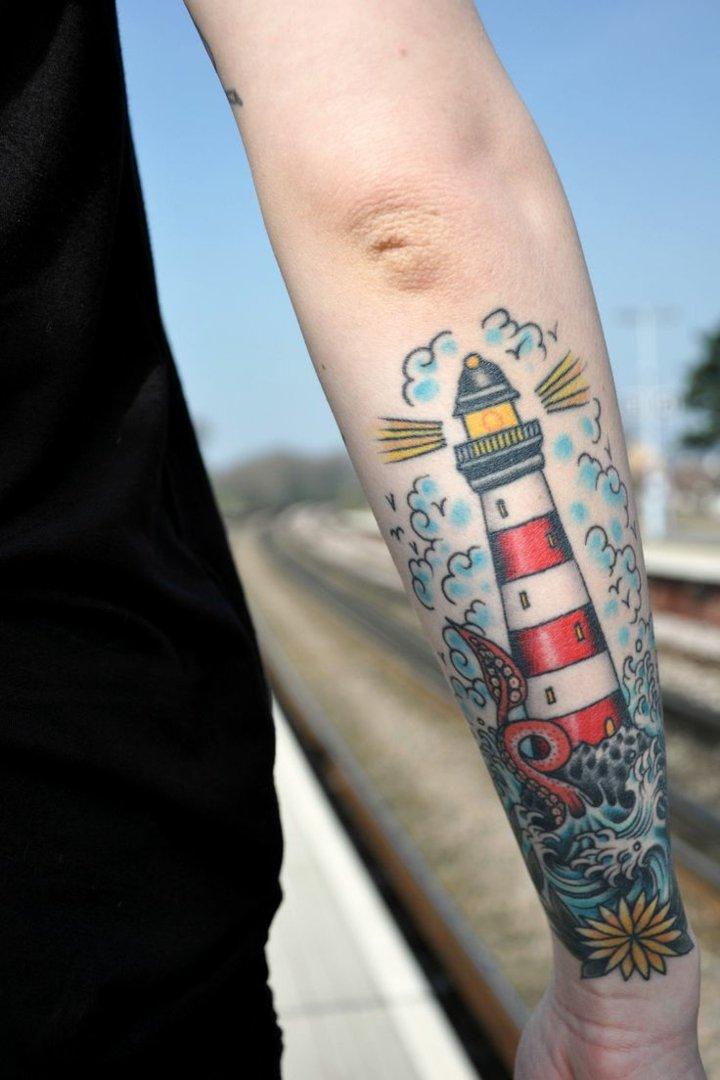 faro-colorido-tatuado-brazo