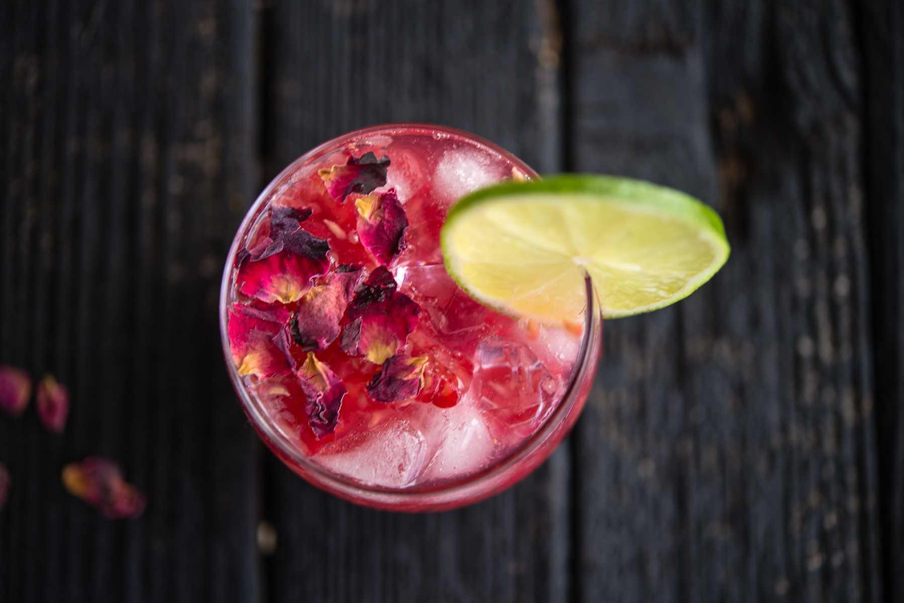 gin-tonic-frambuesas-lime-rico-coctel